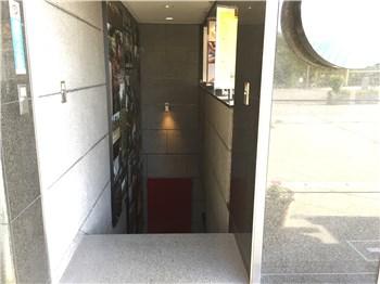地下フロアへの階段