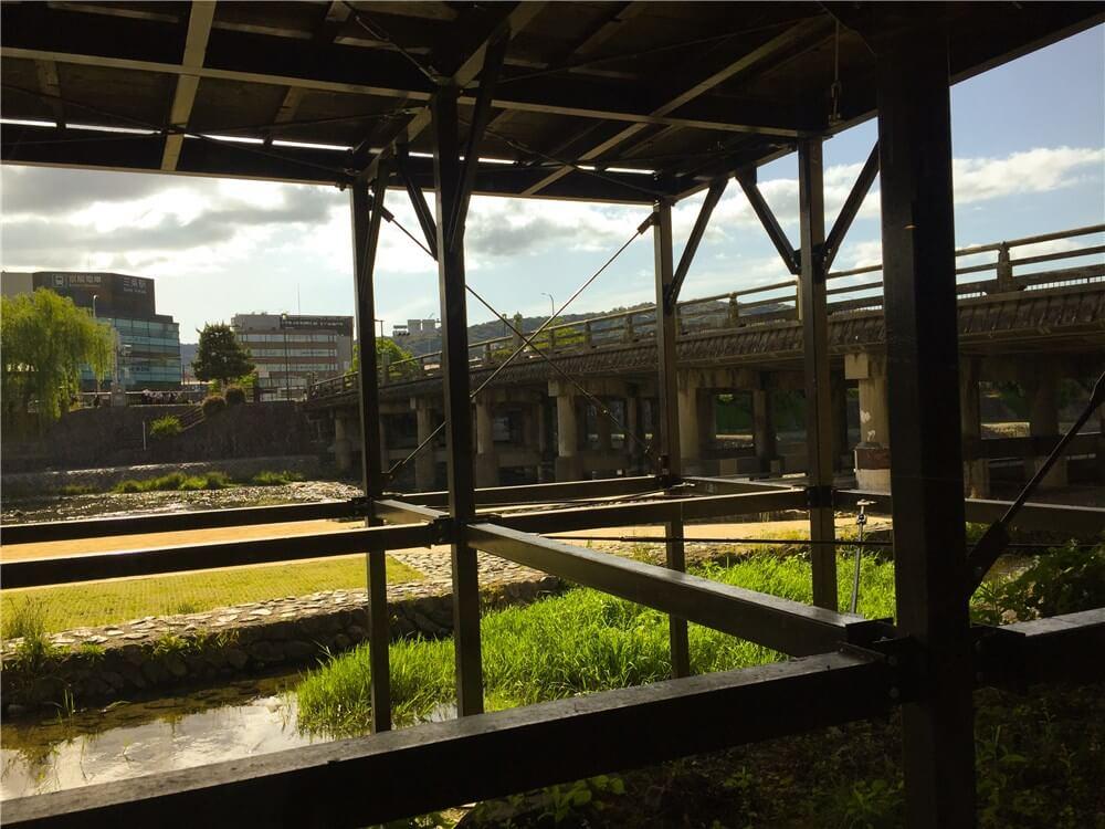 納涼床の時期の窓からの眺め