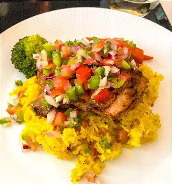 鶏もも肉のソテー カレー風味 ヒヨコ豆入りサフランライス添え