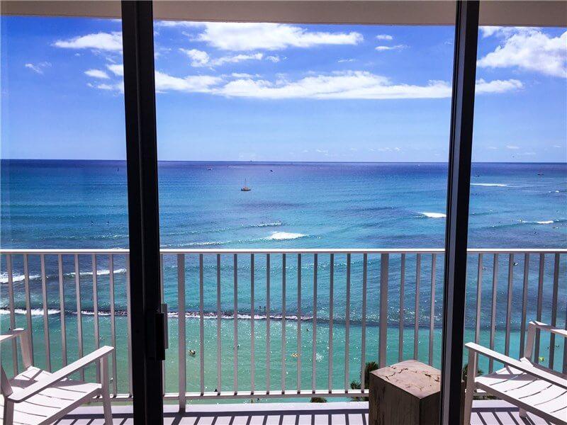 窓際から海を眺める