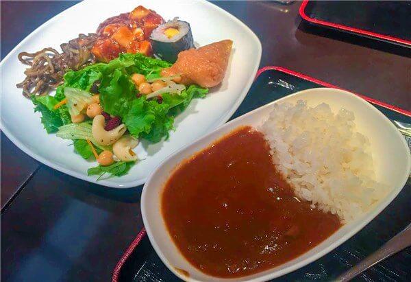 ANAオリジナルチキンカレー、サラダ、稲荷寿司、巻き寿司、麻婆豆腐、やきそば