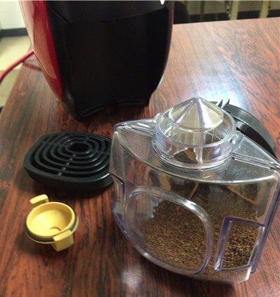 デモ機を使って豆の入れ方の説明を受けているところ