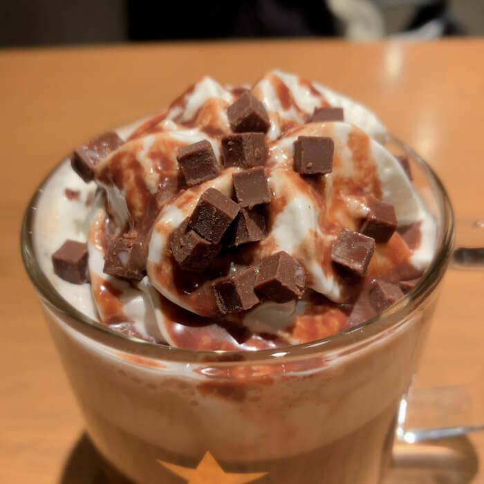 ホイップクリームとキューブチョコレート